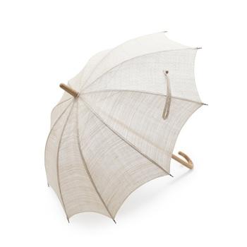 東京の下町で誕生し、皇室を始めに数多くの有名人から愛されている前原光榮商店が仕立てた日傘です。「あられ鮫小紋」と「菱行儀紋」の2柄を使用した手織り麻素材が涼やかな印象を与えます。