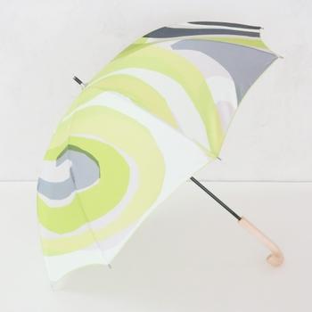 テキスタイルデザイナー鈴木マサル氏が手掛ける「オッタイピイヌ」は、ファブリックデザインの可愛らしさを最大限に活かした一枚張りとなっています。見た目の華やかさだけではなく、強風でも骨が折れにくい耐風傘です。