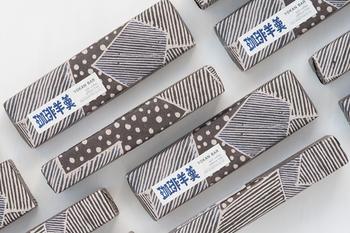 「珈琲羊羹」の文字と、シックな絵柄は、人間国宝である染色家の芹沢けい介氏の孫弟子である、高井信行氏が手掛けており、中身だけでなくこだわりのあるレトロで趣のあるパッケージは贈り物としても最適かも。