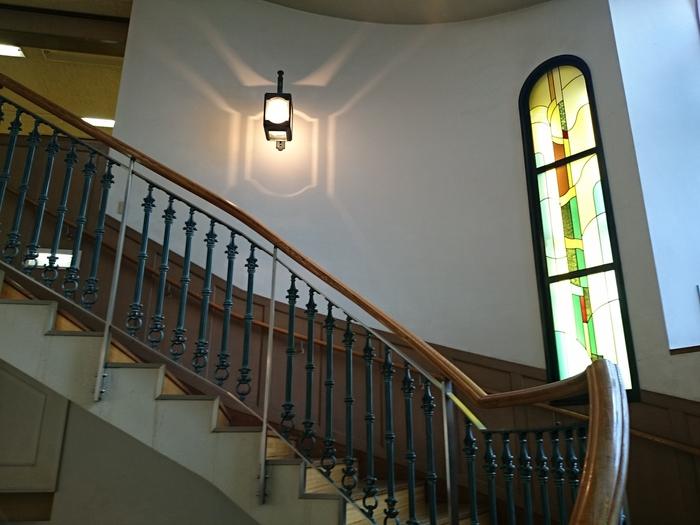 近年改装されたそうですが、レトロな雰囲気はそのままです。ステンドグラスの明るさが心地いい空間です。