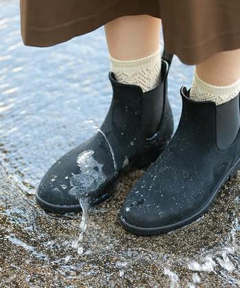 梅雨の季節には、いつ雨が降るか分からない不便さがつきもの。急な雨で、お気に入りの靴が台無しなってしまう事もありますよね。今回は、いつものファッションに合わせやすい、デザイン性&機能性に優れたレインシューズをご紹介します。