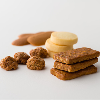 伝統の技術で作られたクッキーは、薄く繊細な食感の「ラング・ド・シャー」に、コロンとした形が可愛い、ココナッツ風味の「ミニコンゴーレ」。ほろほろとした口どけと、バニラのやさしい香りが魅力的な「オスティ」。アーモンドの食感が病み付きになる「アマンディーヌ」の4種類。