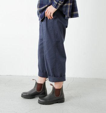 ベーシックデザインで晴雨兼用として使えるサイドゴアショートレインブーツ。女性らしい丸みを帯びたフォルムなので、いつものファッションにも合わせやすい一足です。