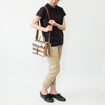 全体にカラーが入ったミニカゴバッグは、キレイ目のコーディネートには合わせにくいですが、このように落ち着いたブルーカラーが差し色としてデザインされたものなら、大人感をさりげなく添える事ができるのでおすすめです。