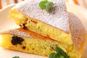 ホットケーキミックスを使ったとってもお手軽に作れるチーズケーキ。フライパンの生地をめいっぱい広げたら、ホットケーキ感覚で焼いてひっくり返すだけ♪ 中には、レーズン以外にも、ドライフルーツを入れても美味しそう。
