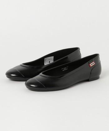 スマートなルックスのフラットシューズ。天然ゴム素材を使用し、職人の手によって生産されているので、足の形に優しくフィットした履き心地がポイント。どんなコーディネートにも合わせやすい、シンプルデザインなので一つ持っておくと便利です。