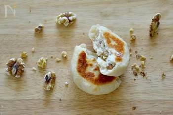 おやつ感覚の鉄板クリームチーズ×くるみが美味しいパンも、フライパンで作れるなんて驚き! フライパンで裏表10分ずつ焼けばできあがりという手軽さもうれしいですね。