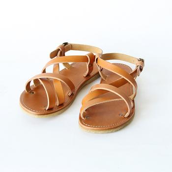 かかとなどでとめられるストラップサンダルは、脱げにくいのが特徴。こちらは、「アヒル靴」の名で親しまれるデンマークの「duckfeet(ダックフィート)」のレザーストラップサンダル。つま先にゆとりがあり、足の指を広げられるデザインが人気のハンドメイドサンダルです。