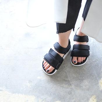 スポーツサンダルは、ソールが厚くて長時間履いても疲れにくく、すべりにくいのも特徴。普段履きのほか、レジャーにも活躍してくれます。こちらは、軽量でクッション性に優れた「adidas(アディダス)」の新作。