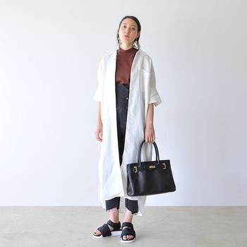 カジュアルな中にも、写真のようにロングシャツを羽織ったり、カチッとしたバッグを合わせて、大人感をプラスするのもおしゃれですね。