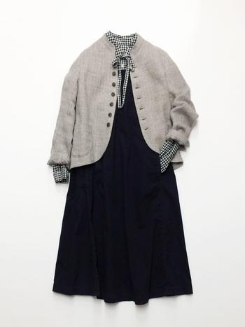 冷房対策に、カーディガンや薄手のジャケットを羽織ってもしっくり。