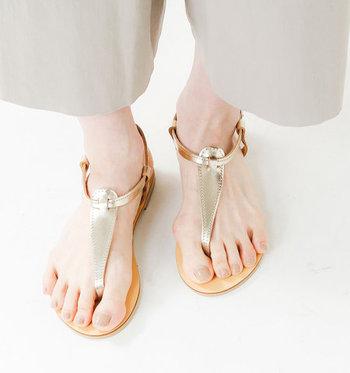 トングサンダルは、足の親指と人差し指で鼻緒をはさむタイプのサンダル。夏らしい開放感がうれしいデザインです。写真は、ギリシャ・アテネの老舗ブランドのハンドメイド。レザーの高級感が、大人の女性によく合います。