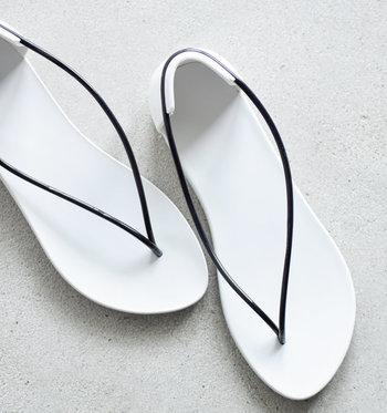 華奢なストラップとヒールカップ。とてもユニークなデザインのビーチフラットサンダル。ブラジルのビーチサンダルブランドとフランス人デザイナーのコラボで生まれたアイテムです。夏だから、インパクトのある1足も気分が上がりそう。
