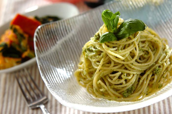 パスタやピザなど日本でもお馴染みで好きな人が多いイタリアン。生のバジルをふんだんに使ったジェノベーゼソースの冷製パスタは夏にピッタリ。鮮やかなグリーンが目にも美しく、爽やかなバジルの香りが口いっぱいに広がります。
