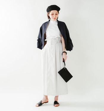 トレンドのフラットソールは、いまどきファッションにもフィット。クールな印象でまとめたり、女性らしいファッションのスパイスとして合わせるのもいいですね。