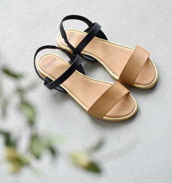 シックな2色づかいのフラットサンダルは、なかなか出会えない貴重な存在。夏のおしゃれアイテムとしてぜひ持っていたい1足ですね。薄手ながらもクッション性のあるソールは、長く歩いても疲れにくいのもうれしいところ。