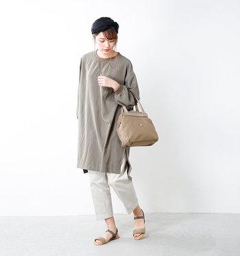 落ち着いたバイカラーで、どんなファッションにも合わせやすいサンダルです。やや細身のデザインなので、大人の装いにもマッチしますよ。