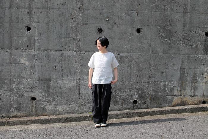 ユニセックスデザインのマイヨのシンプルな半袖トップスは、上等な麻を惜しげもなく使用した安心の日本製です。