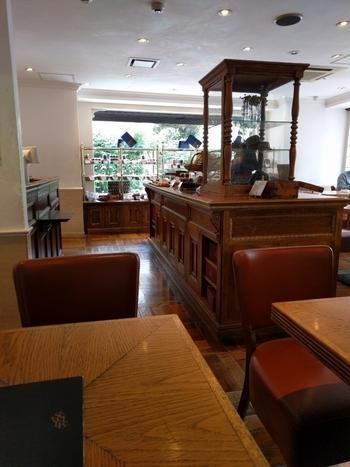 お店の奥がカフェスペースとなっており、ナチュラルな木の質感が落ち着きのある雰囲気を醸し出しています。お席は全部で24席。自由が丘の中でも人気のケーキ屋さんで、満席になってしまうこともしばしばです。