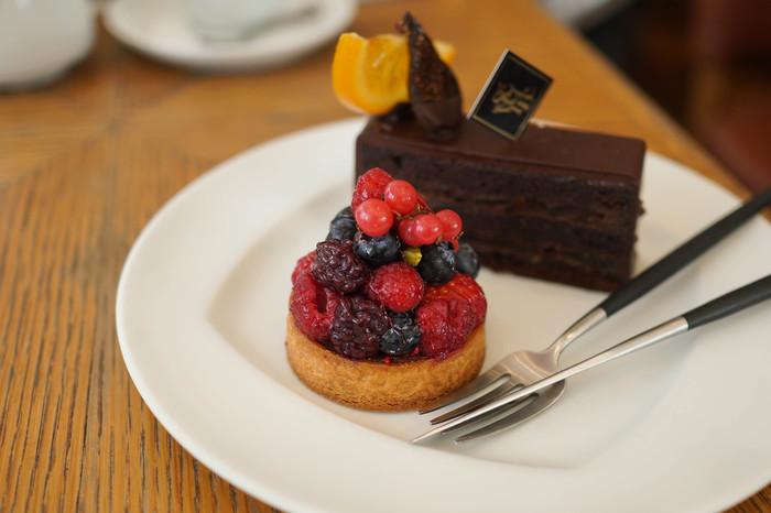 ケーキの中心価格帯は600円前後です。どれも見栄えがよく、上品な味わいです。こちらのケーキは「タルト オ フリュイ ルージュ」で木苺、ブルーベリーなど4種類のフルーツがしっとりとまとめられています。テイクアウトで購入されていく方も多いお店です。