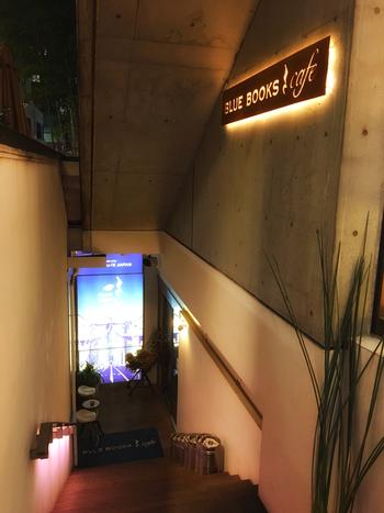 自由が丘駅から徒歩4分。ユレカビルの地下にあるこちらのお店は、ブルーノートジャパンが手がけるお酒も楽しむことができるお洒落なカフェです。