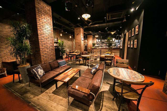 赤レンガの壁と木目を生かしたテーブルや椅子に温もりを感じます。心地よい音楽がゆったりと流れ、音楽と本のある大人の空間を作り上げています。お席は全部で77席で、ソファやカウンターなどいろいろなタイプのお席があるので、何度も訪ねてみたくなりますよ。