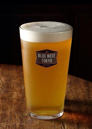 こちらに来たら、ぜひオーダーしてほしいのが、「ブルーノート東京」というオリジナルのビールです。アルコール度数を抑え、フルーティーで女性でも飲みやすいビールに仕上がっています。