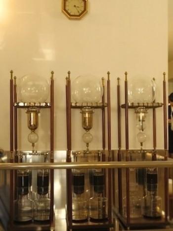 喫茶店内・通路側にある3台の水出しコーヒー装置。毎日、12時間かけて抽出されています。