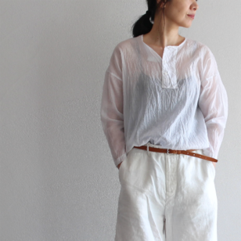 薄くて透け感のあるコットンシルクのカディクロスは、ふわりとしてガーゼのように柔らかい風合いです。