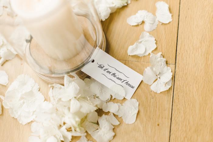 大好きなお花をそのまま飾るだけでなく、花びらを散らしてディスプレイするのもウェディングだからこそできる贅沢な飾り方。