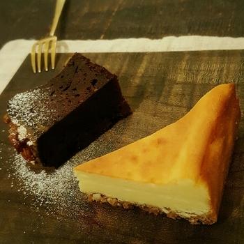 どこか家庭的なイメージのお店では、こだわりのつまったお料理やスイーツをいただくことができます。イカニカの一番人気は、チーズケーキ。画像のようなハーフサイズもありますよ。