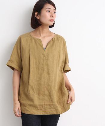 3番ステッチと呼ばれる太い糸でステッチがポイントとなっているリネン素材のブラウスシャツ。リネンならではの独特の風合いが生かされた存在感のある1枚となっています。