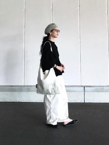白のルーズなパンツを履きたいときには、黒の長めトップス×黒シューズで締めるとバランスが安定します♪足元が膨張して見えそうなときは、足首や足の甲を見せたり、華奢なヒールをもってくると良いですね。