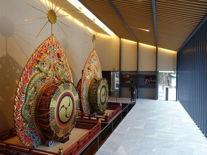 「春日大社国宝殿」も見ものです。ここでは352点もの数の国宝を所蔵しています。さらに、「春日若宮おん祭」での舞楽で使用される、日本最大級の鼉太鼓(だだいこ)の展示は圧巻です。春日大社に訪れたら、国宝殿もお見逃しなく!