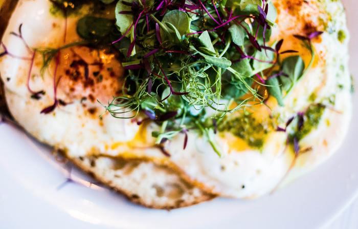 例えば毎日の食事に取り入れたいサラダについてみると、夏は海藻のせ豆腐サラダやレタスなどの葉物が好まれるのに対して、冬は口当たりの良い卵サラダやポテトサラダが好まれます。