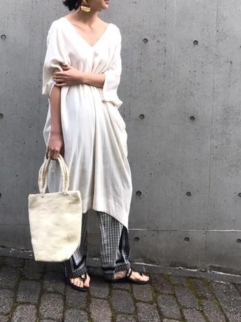 ロングワンピースとパンツのレイヤードスタイルは、ワンピース一枚で着るときよりも大人リラックスな雰囲気に仕上がります。今回のコーディネートのポイントを参考に、素敵にアップデートしてみてくださいね。