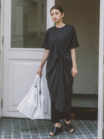 ドレープが美しい黒のワンピースは、シンプルなモノトーンコーデにニュアンスを与えます。エレガントな雰囲気をパンツを重ねることで、程よくカジュアルダウン。ミニマムなまとめ髪と白のバッグで爽やかさをプラスして。