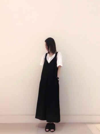 黒の服が苦手な方でも、サロペットなら挑戦しやすいのでは?足元に黒を持ってきたとしても不思議と重さを感じさせないですし、ストンと落ちるIラインが細身に見せてくれます♪