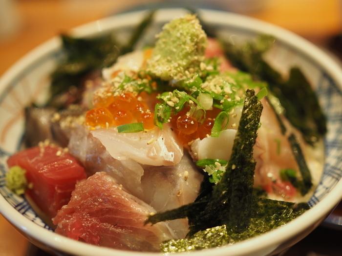 こちらは海鮮丼。  お刺身てんこもりの海鮮丼は、ランチの人気メニューとして親しまれています。
