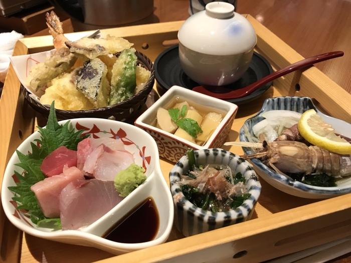 こちらはあかとら御膳。  お造りや天ぷら、茶碗蒸しなど大充実ですよ。