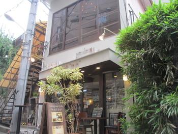 一軒家を改装した隠れ家カフェで、ボリューム満点の食事&スイーツが楽しめる「宇田川カフェ Suite」。 井之頭通りを進んだ通りにひっそりと佇みます。