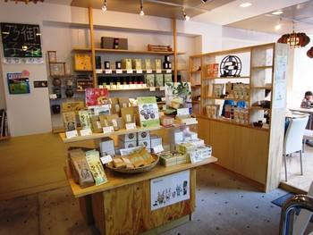 店内には、お土産にもぴったりなお茶の販売も!休憩しながらお土産選びもできちゃう一石二鳥のお店なんですよ。近鉄奈良駅からも徒歩5分ほどなので、アクセス良好です。