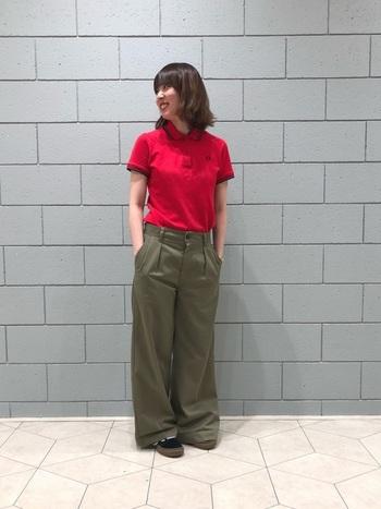 パキッとした色味が魅力の赤のポロシャツは、メンズライクなカーキのパンツと合わせてワンランク上の着こなしに。ゆったりとしたワイドなパンツに、ジャストサイズのポロシャツを合わせてメリハリを出すと、より洗練されたスタイリングに仕上がります。