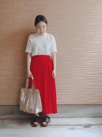 鮮やかなレッドのフレアスカートはホワイトのポロシャツでシンプルに。Tシャツよりもキチンと感があり、ブラウスよりもカジュアルな印象なので、どんなシーンでも活躍しそうなコーディネートです。