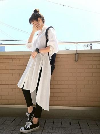白のシャツワンピ特有の透け感がモノトーンコーデを程よいバランスへと調和してくれます♪スリットが入っていると動きも出て軽やかな印象に。