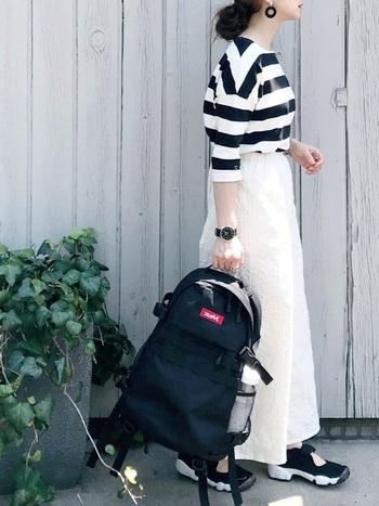 重くみえがちな白デニムのロングスカートは、ボーダー柄のトップスでモノトーンコーデへ。モノトーンなのに程よくカジュアルに仕上がっているのは、スポーツミックスのおかげ♪