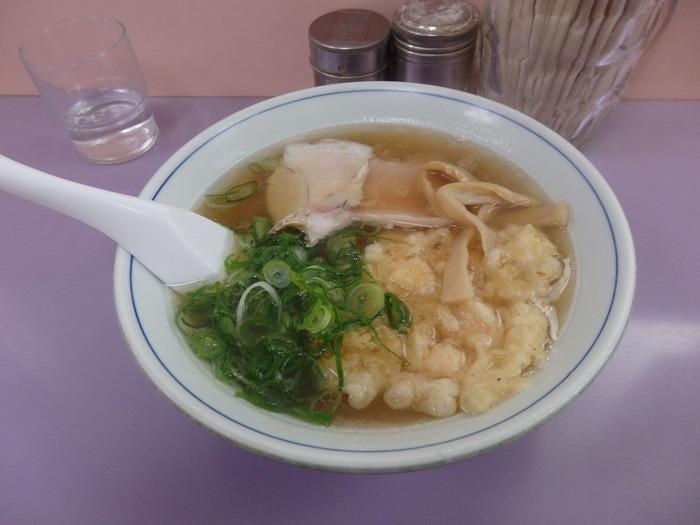 こちらが天ぷら中華。  ほわほわの天ぷらが、やさしく染み渡るスープと相性抜群なんです。