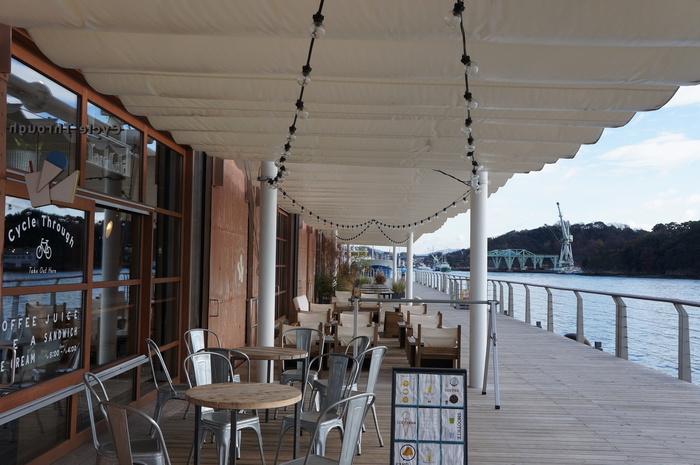 ちなみに、こちらのカフェは天気の良い日はテラスで景色を眺めながら食事を楽しむことも可能。  日によっては停泊船がいることもあり、日々違った景色を楽しめますよ。 このデッキ沿いをのんびり歩くのも楽しいです。