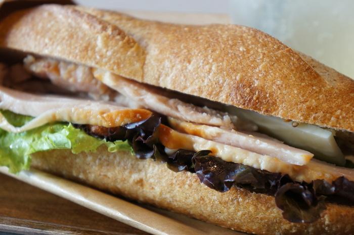 サンドはジューシーなお肉にサラダと、中身がとっても充実。