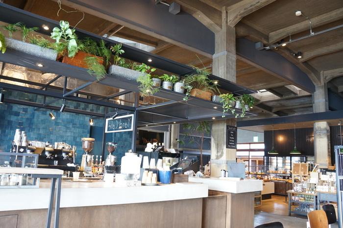 """こちらがカフェ""""YARD CAFE""""。  レストランやショップの近くにありますよ。  セットメニューはありませんが、好きなドリンクやサンド、サラダを注文してみてください。"""